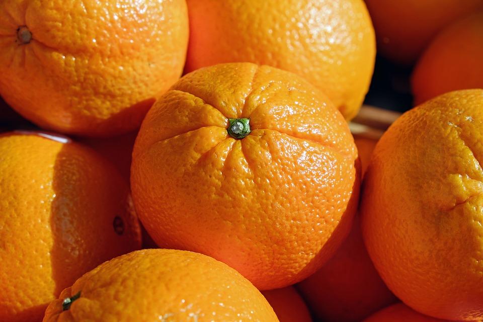 Dívka s pomeranči