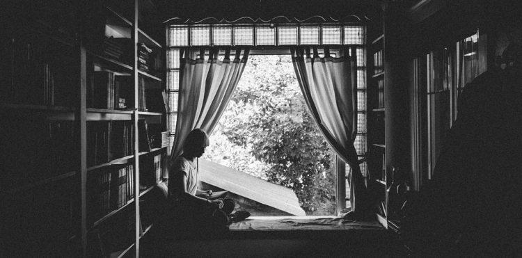žena, kniha